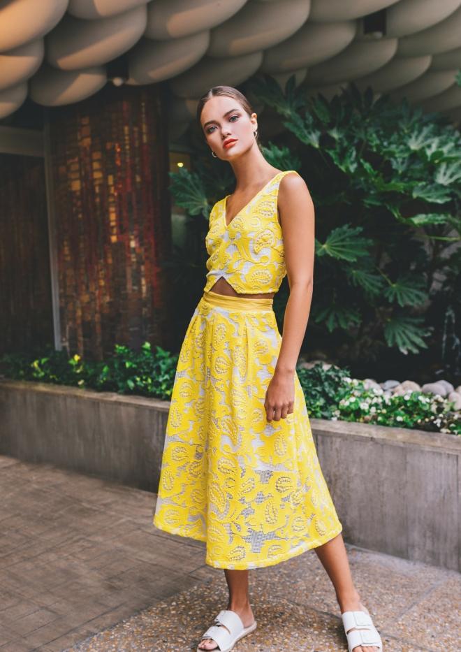 tenue-mariage-invite-femme-jupe-sunco-jaune-crop-top