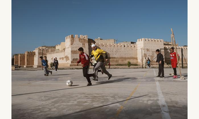 Joseph-Ouechen,-Grand-père-jouant-au-foot-avec-des-enfants,-Taroudant,-Maroc,-2018